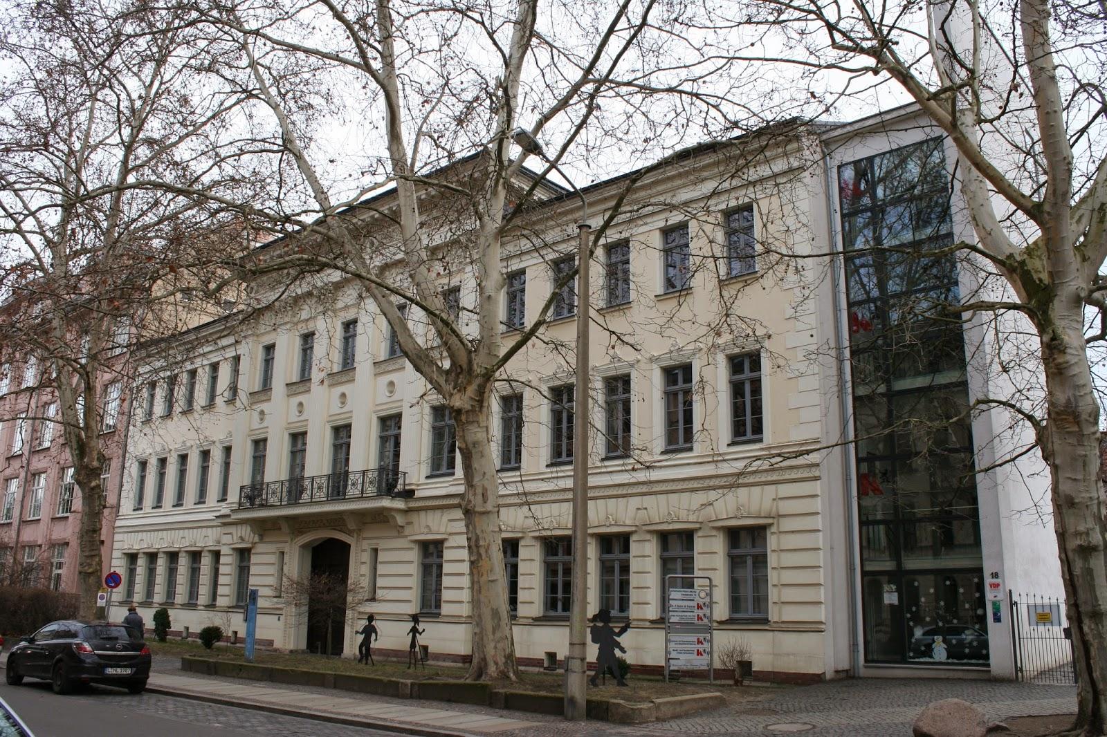 """Von 1840 bis 1844 lebten die beiden Schumanns im sogenannten """"Schumann-Haus"""" nahe des Zentrums in der Inselstraße - das Gebäude ansich wurde 1938 im klassizistischen Stil errichtet - aktuell befindet sich im Haus eine Grundschule und ein Museum, welches die Geschichte der Familie erzählt"""