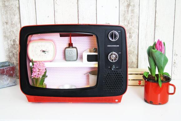 Upcycling: Der gute alte Fernsaeher wird zum Regal umgebaut