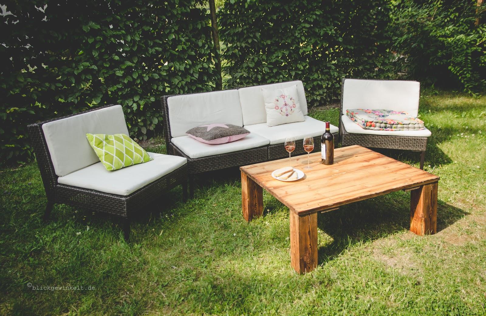 Gartenlounge mit Holztisch