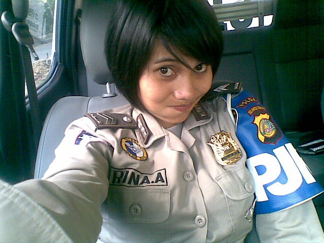 Foto Polisi Cewek Indonesia lagi narsis