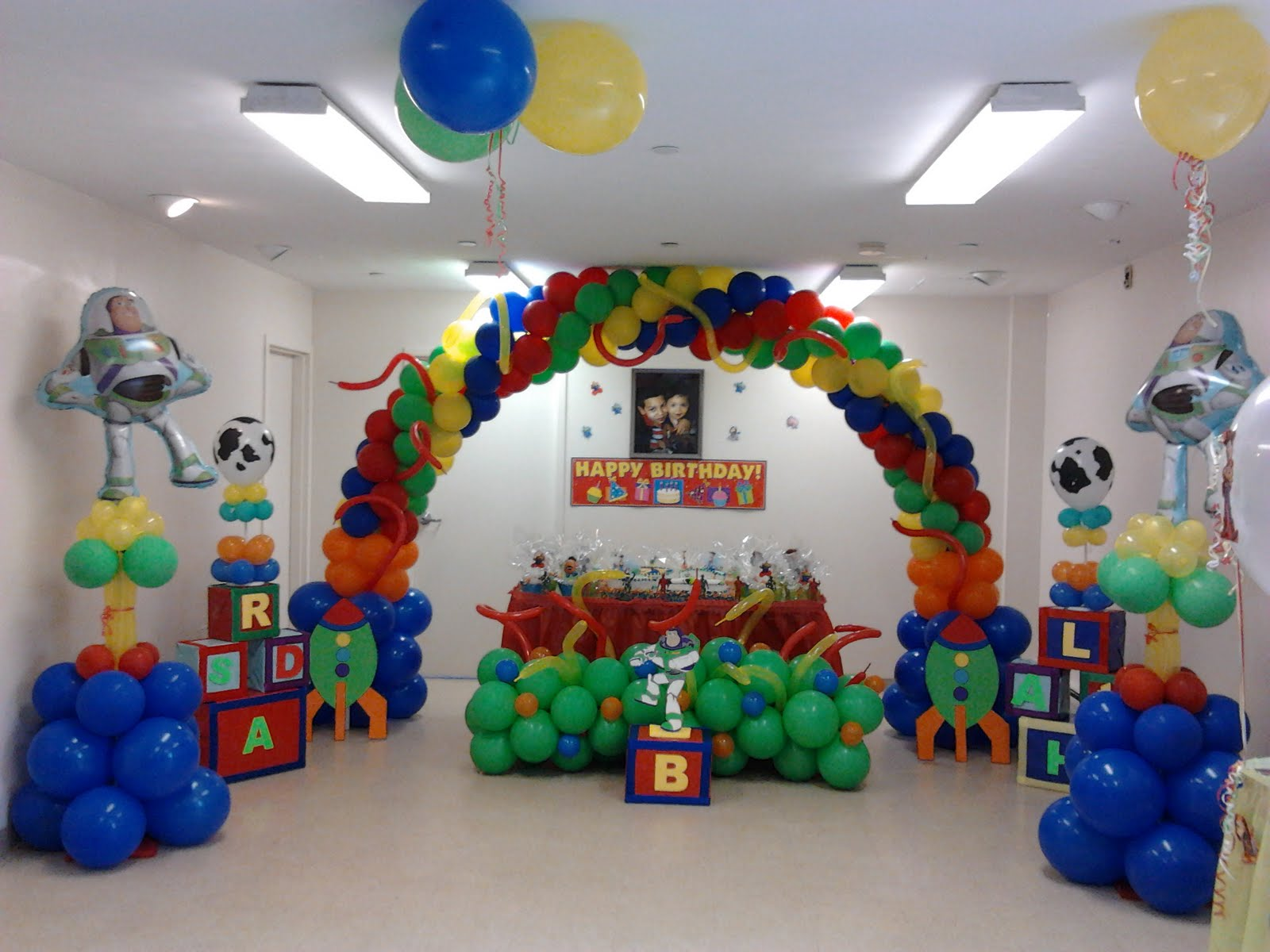 Fiestas infantiles toy story parte 2 for Decoracion simple con globos