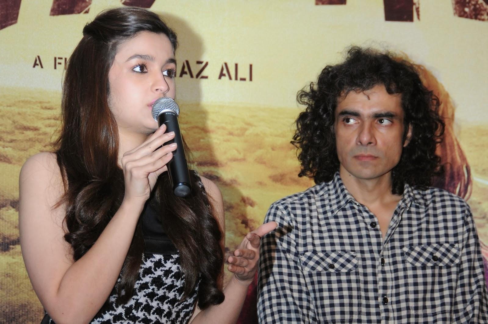 http://4.bp.blogspot.com/-EkZ81u7VZAQ/UwN-Uf71roI/AAAAAAAAlSc/jMeZosa9m8w/s1600/Alia+Bhatt+and+Imtiaz+Ali+promote+their+upcoming+film+Highway+at+Bangalore+(4).jpg