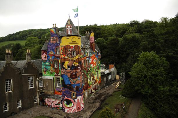 fachada com pinturas grafite, vários desenhos
