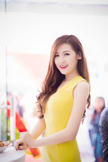 Cô thay bộ đầm vàng bó sát cơ thể khi xuất hiện trên thảm đỏ của chương trình.
