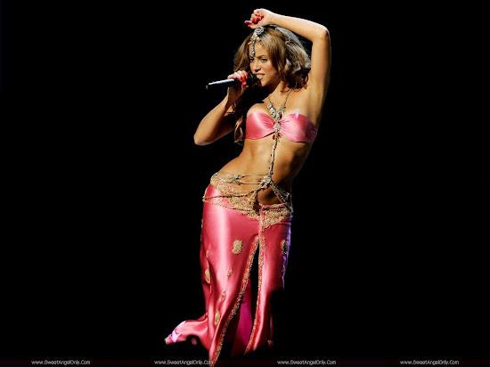 Shakira_in_pink