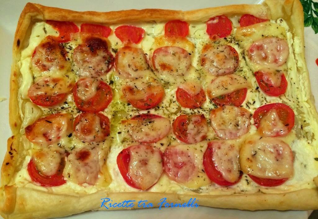 pizza sfoglia con pomodori e pecorino