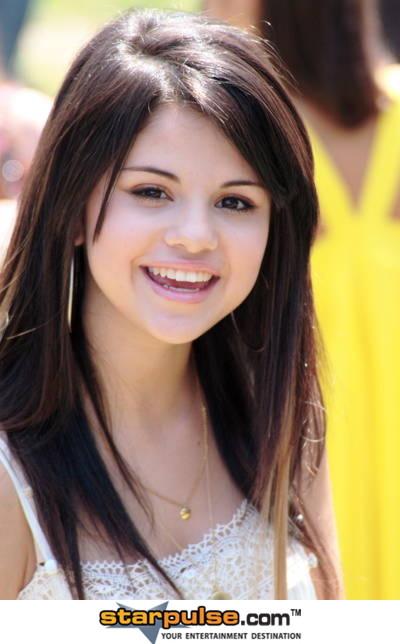 CybeR World: Biography for Selena Gomez