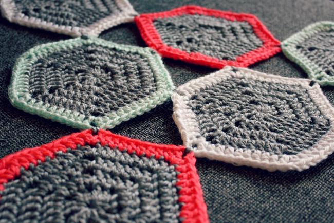 Crochet Hexagon Placemat from @meetmakelaugh