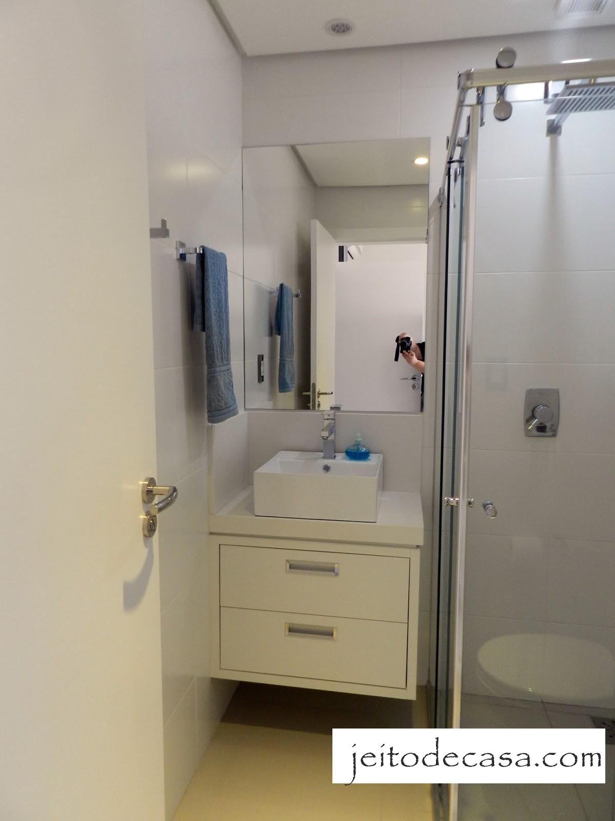 #796C49  apartamento são suítes. O banheiro do quarto do filho tem 3 metros 1200x1600 px janela banheiro branca