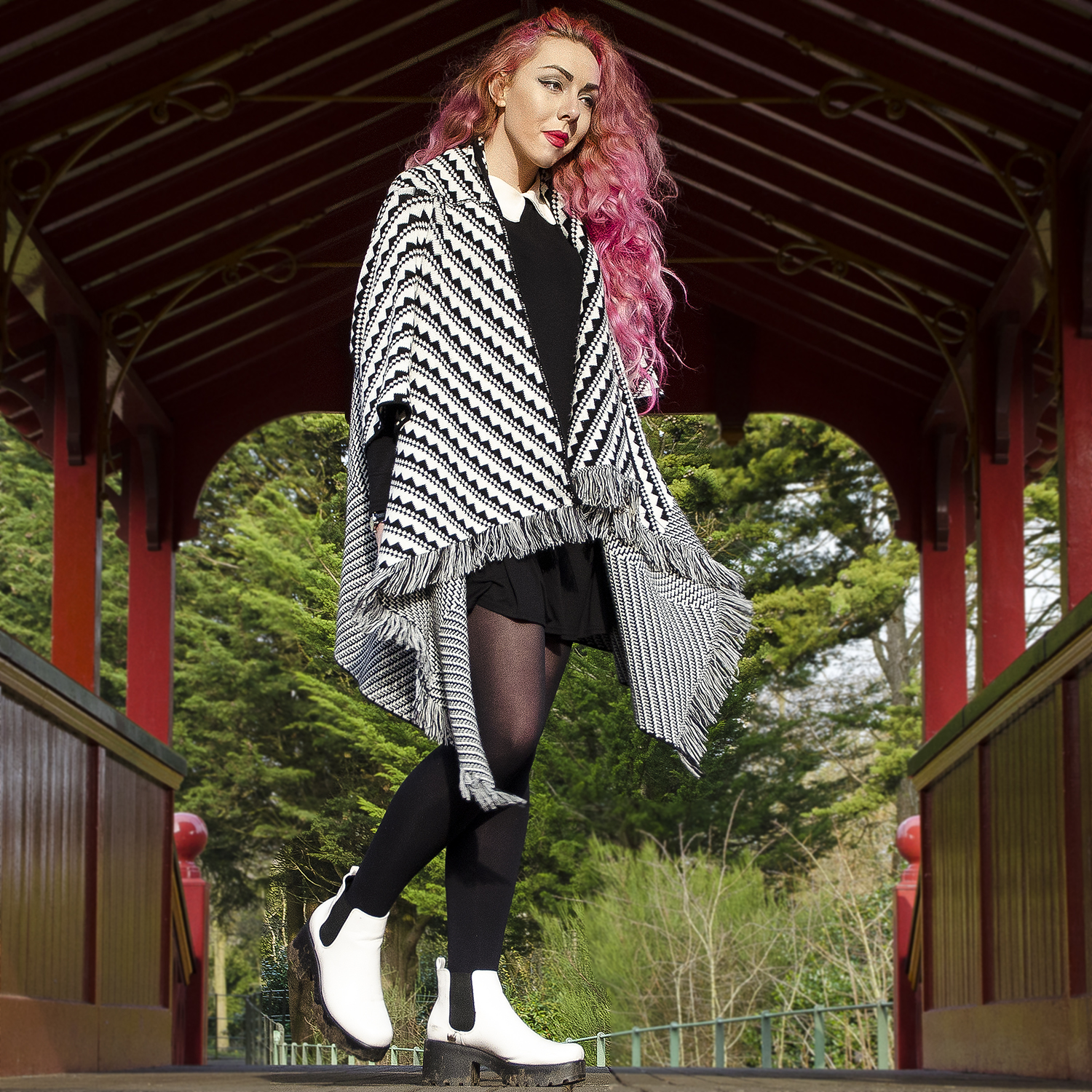 Stephi LaReine pink curly hair liverpool fashion blogger, chelsea boots, monochrome cape