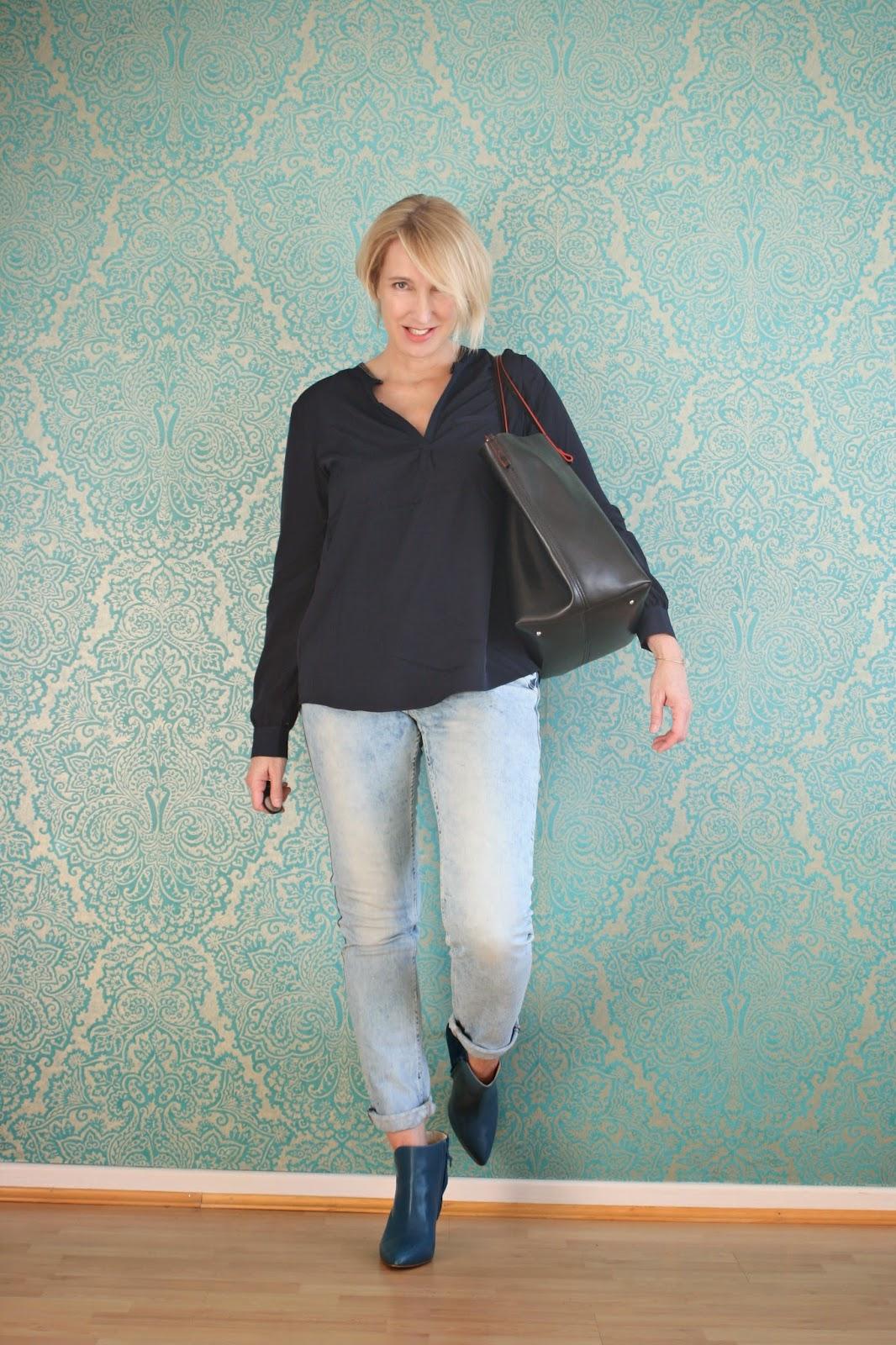 Büro-Outfit mit Jeans und blauer Bluse von NYDJ