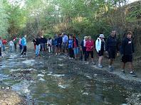 El grup creuant el Torrent de l'Anijol