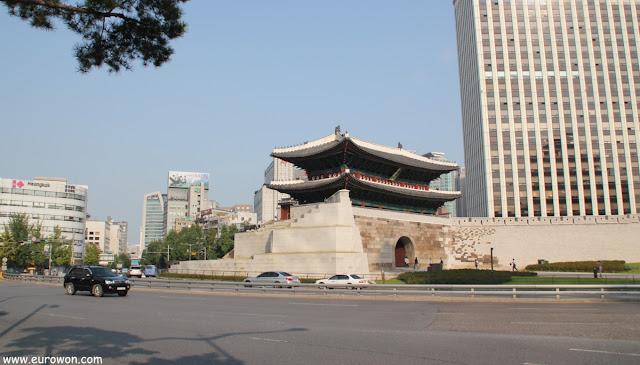 Puerta Namdaemun del centro de Seúl