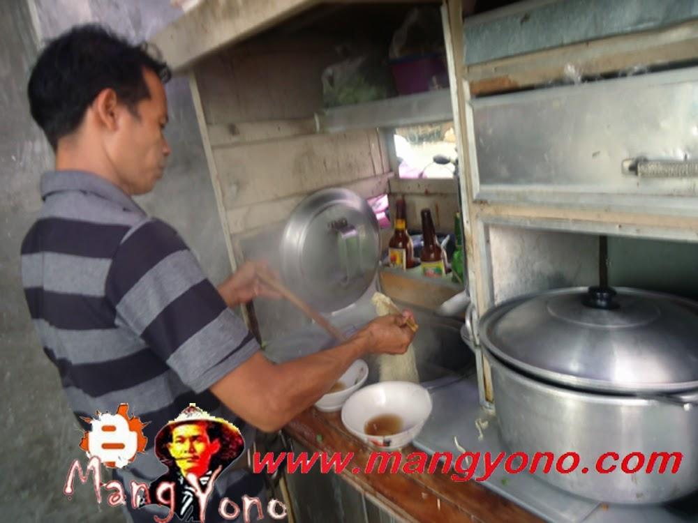Mas Arif sedang menyajikan Mie Ayam Sederhana untuk Admin Blog Mang Yono