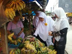 Bidpuan PKS Sulsel Belajar Kerja Keras dari Ibu-ibu Pedagang Kaki Lima