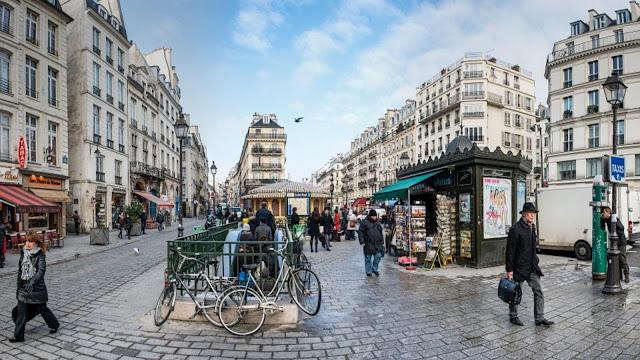Cena do cotidiano no bairro de Marais, em Paris.