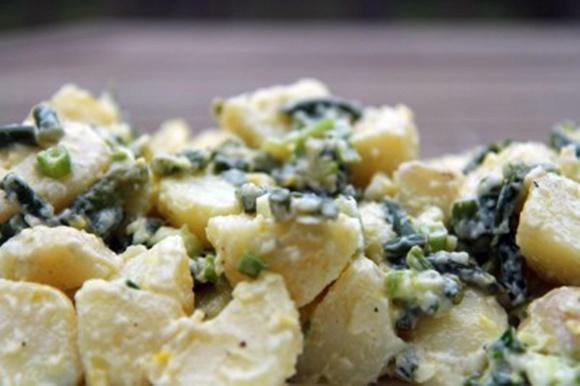 Salade De Pommes De Terre Avec Fleur D'ail Et Échalotes Vertes