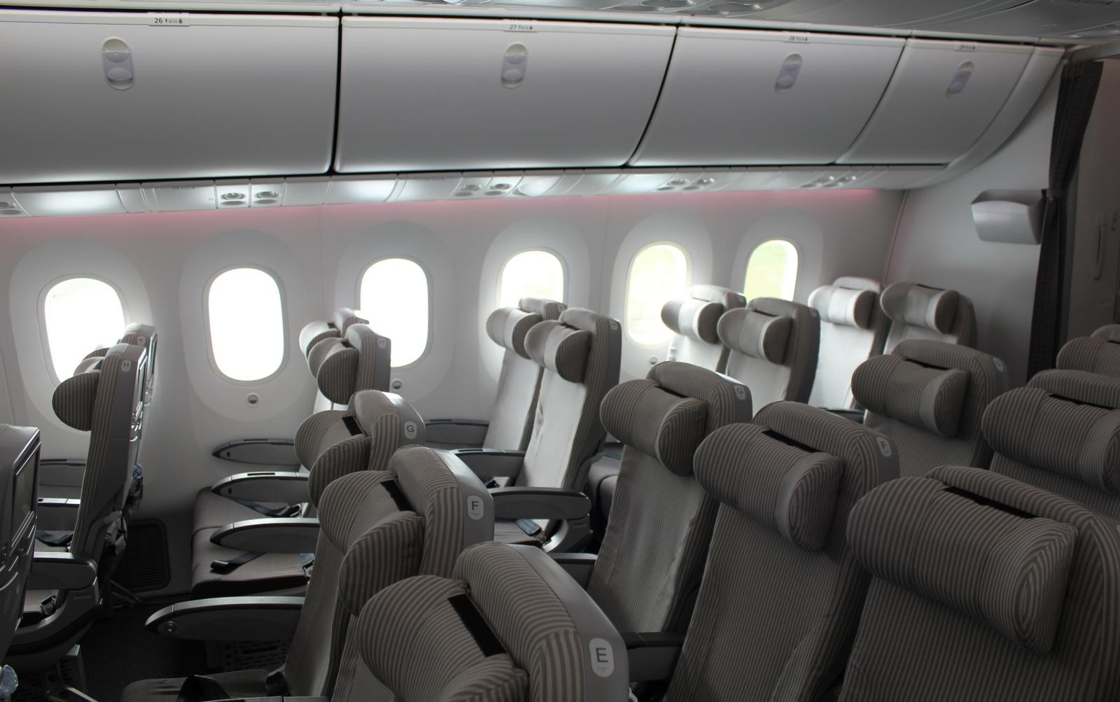 Economy class cabin interior of boeing 787 dreamliner for Interior 787 dreamliner