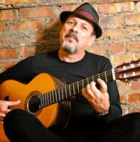 Javier Ruibal con su guitarra