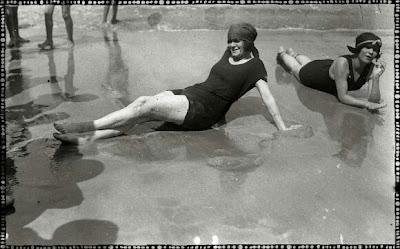 foto antigua de dos bañistas en orilla de playa en san sebastian