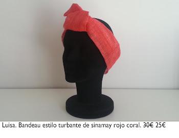 Tocado base sinamay forrado con tela patade gallo con rosa roja