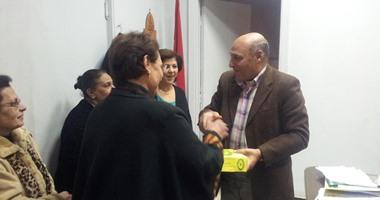 رئيس مركز ميت غمر يوزع الحلوى علي الاقباط مهنئا إياهم بعيد الميلاد