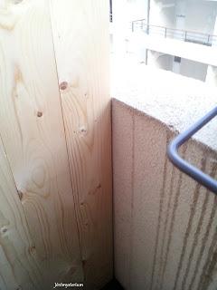 Du coté du mur tout passe pil poil: aucun espace n'est laissé.