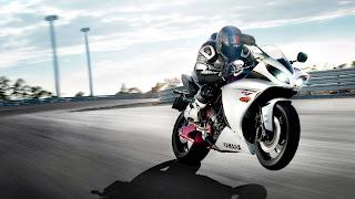 Afbeelding van een racemotor en bestuurder op het circuit