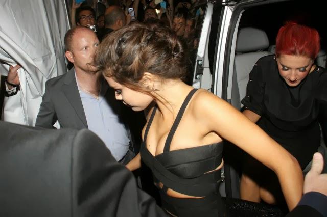 Selena Gomez luce un vestido que le hace ver sus tetas bien grandes