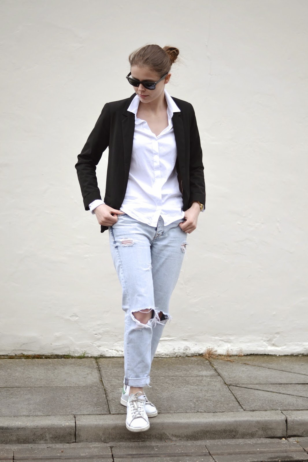 itslilylocket-black-blazer-white-shirt-ripped-jeans