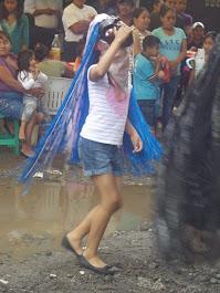niña bailándole a la vida en la estación