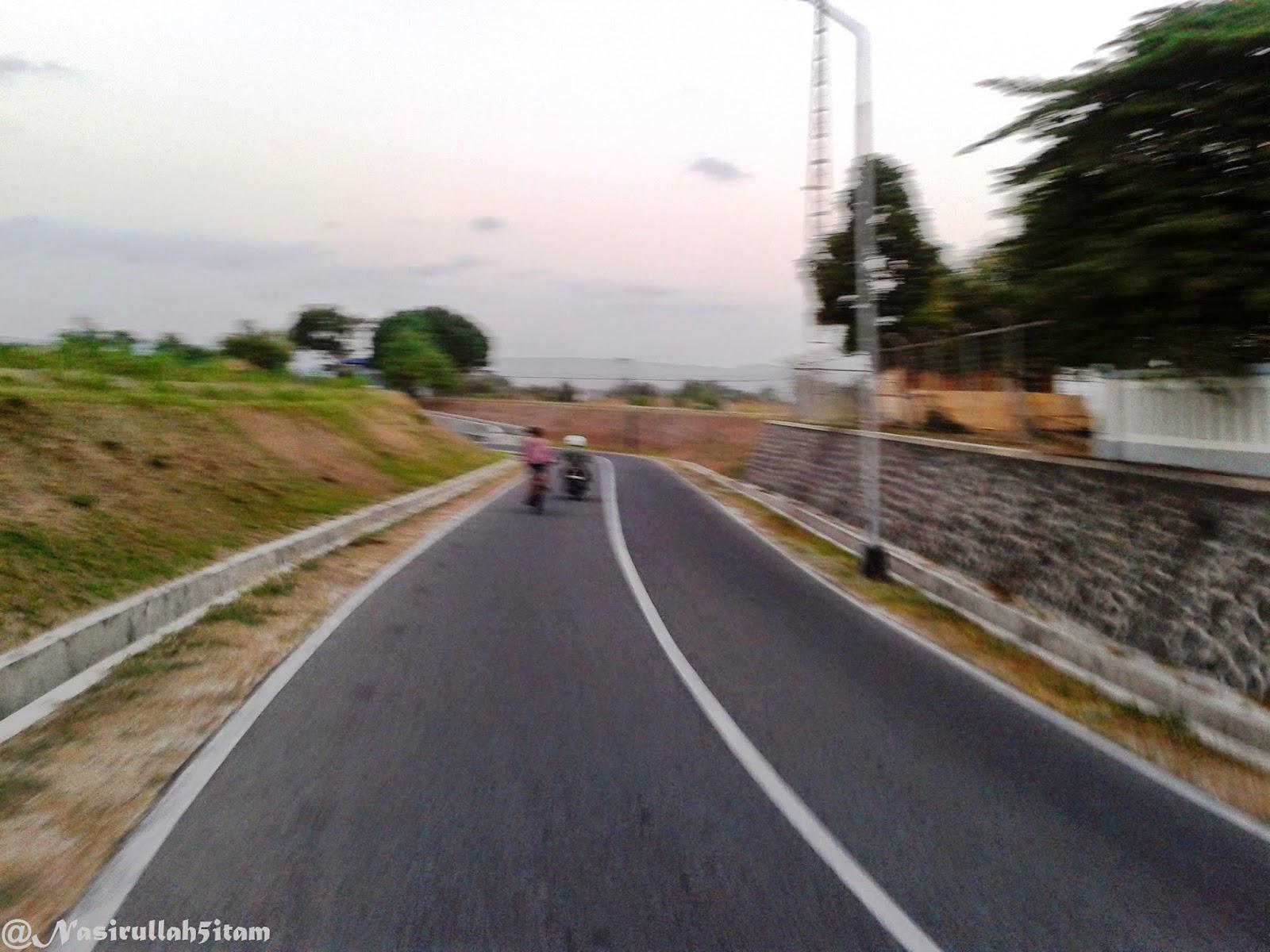 Jalanan sepi dan pemandangannya pun bagus