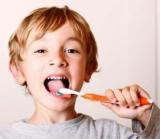 Cara yang terakhir yaitu dengan menyikat gigi anda secara rutin