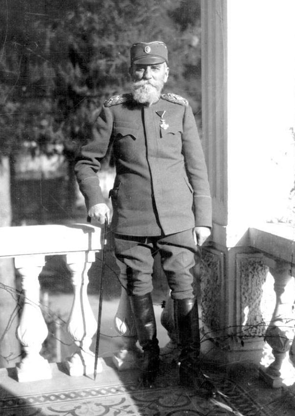 Краљ, популарни чича Пера у ратној униформи