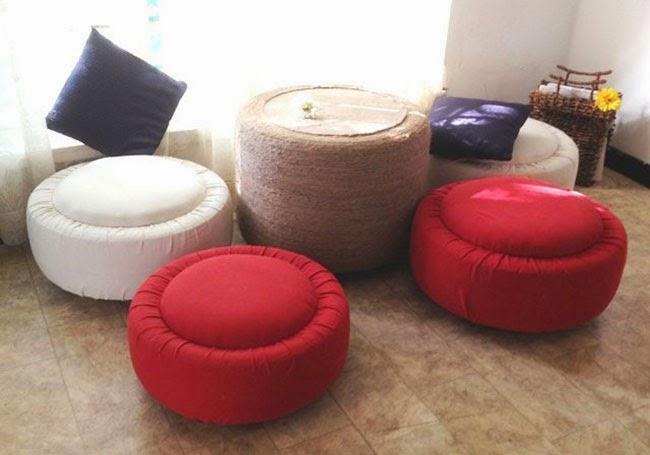 Sillas tapizadas y mesa recubierta de cuerda
