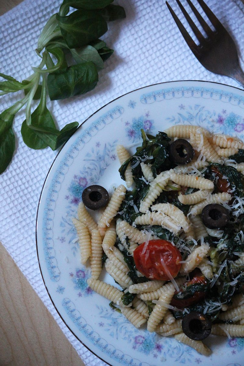 Gnocchi sardi z roszponką i pomidorkami