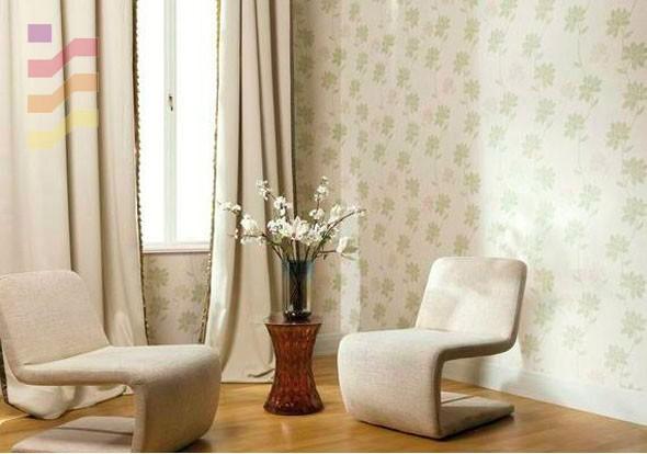 aranżacja salonu z tapetą w kwiaty