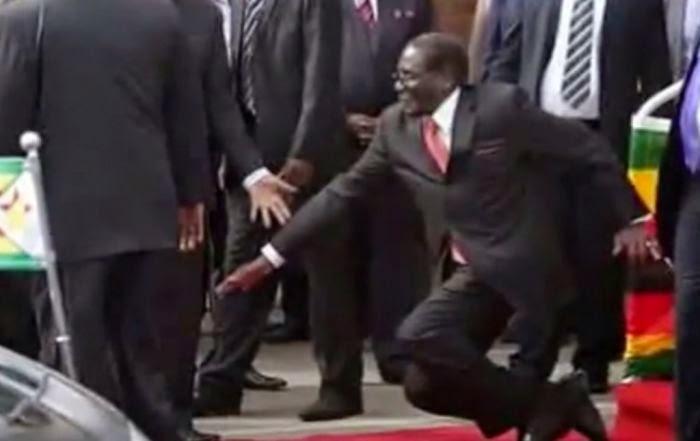 Terjatuh Sendiri, Presiden Zimbabwe Pecat 27 Pengawalnya