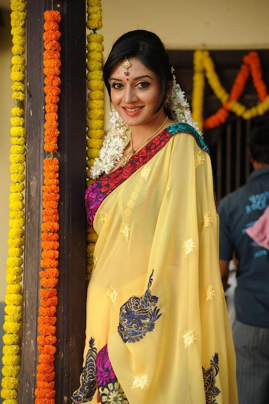 Vimala Raman Cute Saree Photos In Kulumanali Movie Stills unseen pics