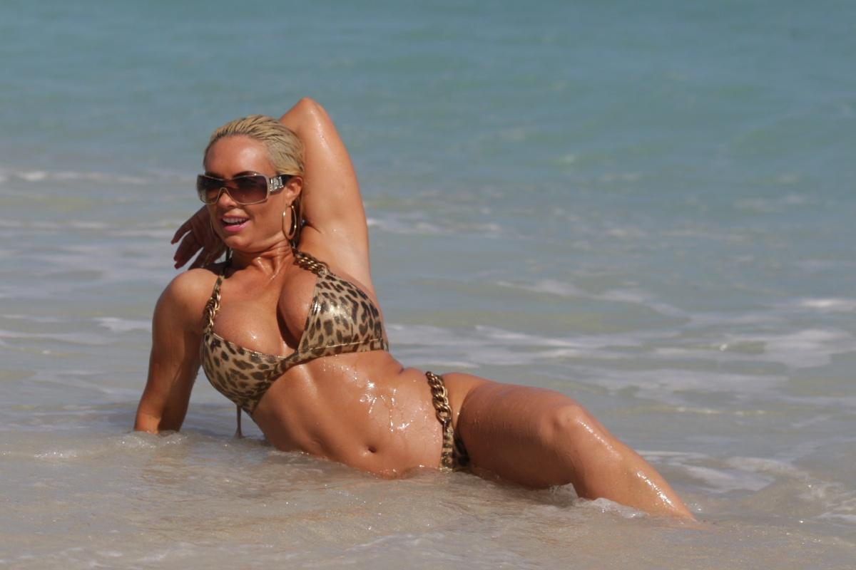 http://4.bp.blogspot.com/-EuheudGRmb0/TrrDQqXFu6I/AAAAAAAAK5Q/OFBCDpYNHPw/s1600/Nicole-Coco-Austin-Bikini-Ass-In-Miami-12.jpg