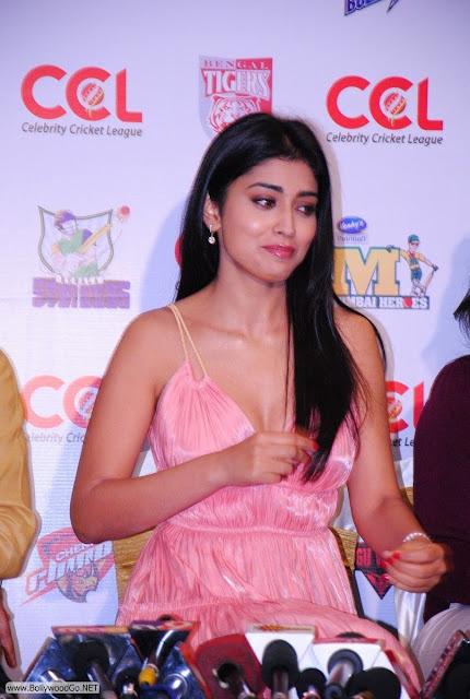 Shriya+Saran+at+CCL+-+BollywoodGo+(2)