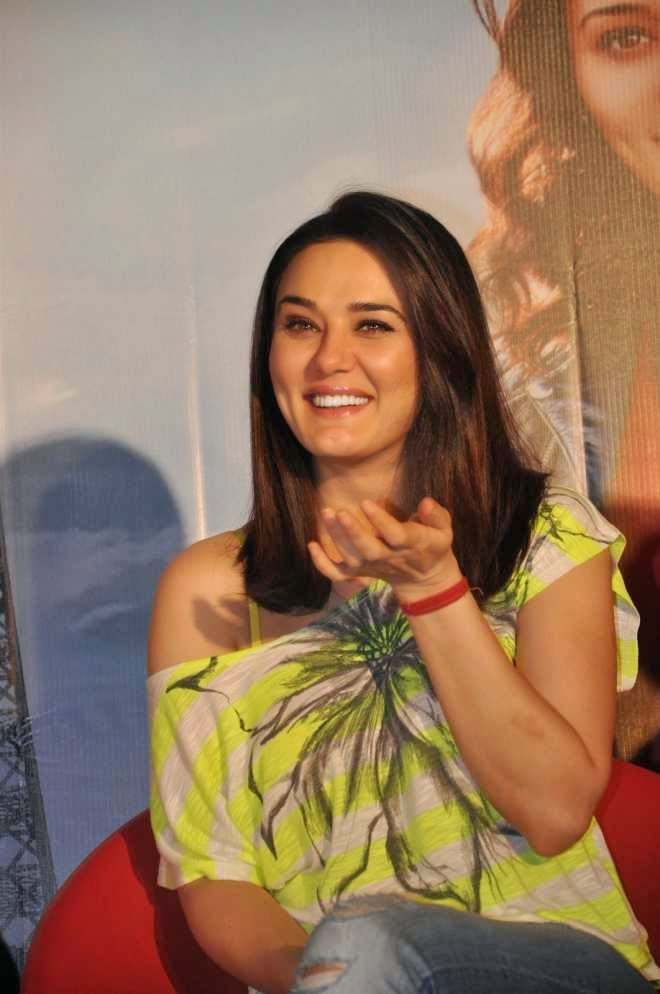 preity zinta wallpapers in denim jeans