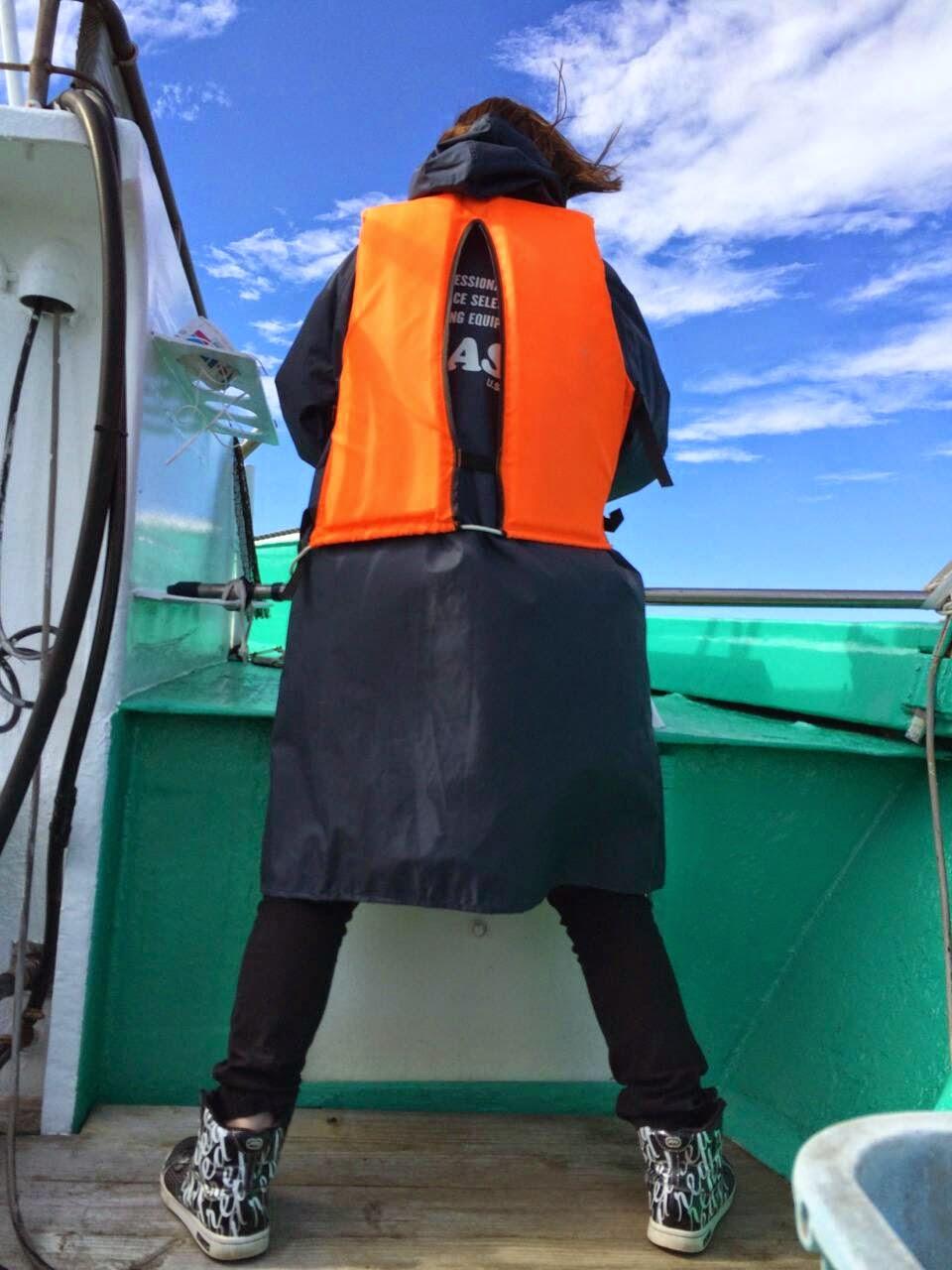 ガッと足を開いて甲板に固定し、スマホで何者かと交信を取る代表 なんにも問題ない