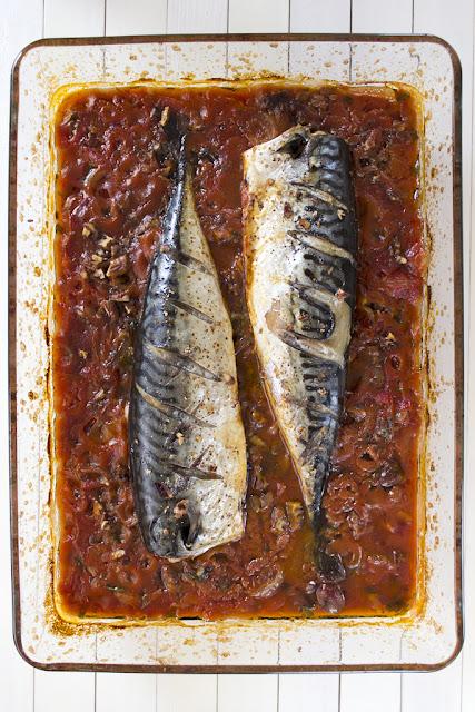 Печена скумрия с доматен сос на фурна