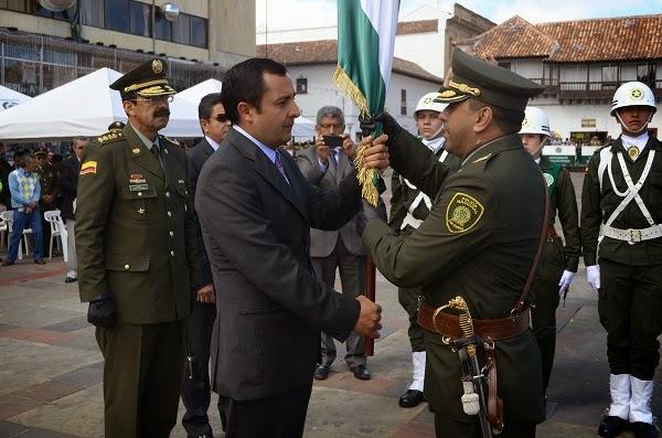 Gobernador de Boyacá hizo entrega de la Bandera del Departamento, al nuevo comandante de Policía