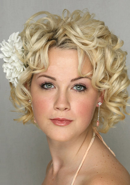 http://4.bp.blogspot.com/-EvyHWpbTmXU/Ttefyso68eI/AAAAAAAABoU/78TIn8GyoR4/s1600/Short-Curly-Hairstyles-For-Weddings-with-Flower.jpg
