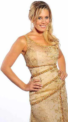 Rocío Marengo posando con vestido dorado