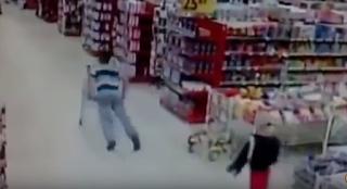 بالفيديو| شاب حاول التفاخر أمام حبيبته في سوبر ماركت فتعرض لموقف محرج