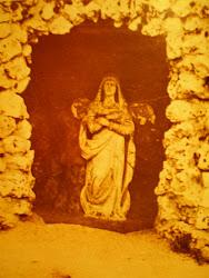 Gruta de La Virgen Blanca del Asedio en la que estuvo despues de la Guerra Civil y hasta 1954