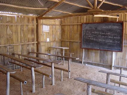Timor-Leste: CRIANÇAS NÃO TÊM CADEIRAS PARA SE SENTAR NA ESCOLA